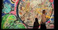 Посетитель проходит мимо картины британского художника Саши Джафри в отеле Atlantis в Дубае. Объединенные Арабские Эмираты, 22 марта 2021 года