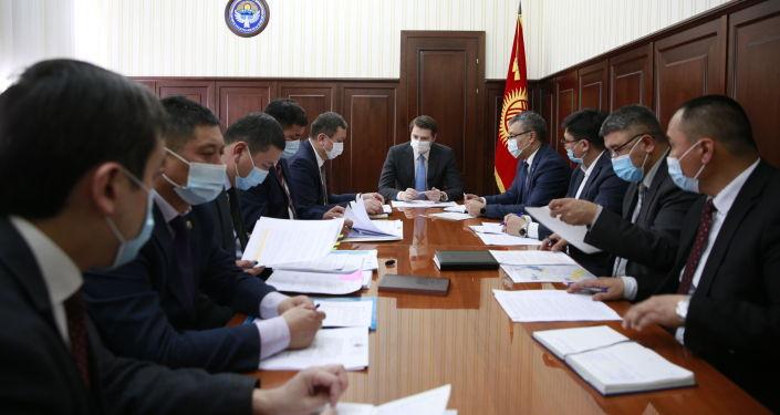 Первый вице-премьер-министр КР Артем Новиков во время совещания по обеспечению экологической безопасности