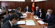 Первый вице-премьер-министр КР Артем Новиков во время совещания по вопросу создания центра обслуживания предпринимателей (ЦОП)