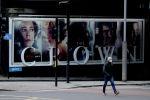 Мужчина проходит мимо рекламного щита телесериала Корона. Архивное фото