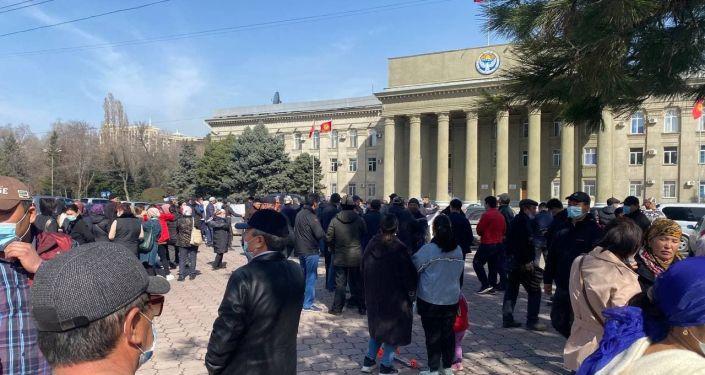 Жители ТЭЦ-2 во время митинга возле здания правительства в Бишкеке