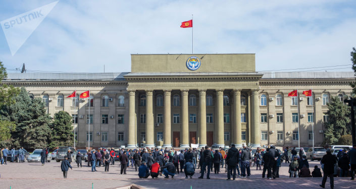 Митинг жителей жилмассива Ак-Ордо возле здания правительства в Бишкеке, с требованием узаконения участков, на которых проживают