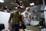 Посетитель в многофункционального миграционного центра проходит процедуру дактилоскопии. Архивное фото