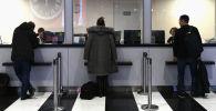 Пассажиры у стойки информации аэропорта Шереметьево в Москве. Архивное фото