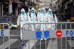 Медицинские работники дезинфицируют улицы в районе Хуанпу в Шанхае