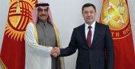 Президент КР Садыр Жапаров во время встречи с чрезвычайным и полномочным послом Катара в Кыргызстане Абдуллой бин Ахмед Аль-Сулайти