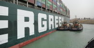 Один из крупнейших контейнеровозов в мире, выброшенный на мель в Суэцком канале (Египет)