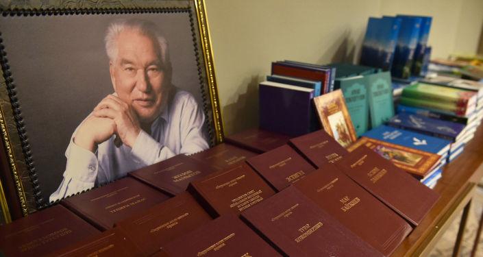 Портет Чингиза Айтматова и книги на кыргызском на встрече премьер-министра КР с представителями кыргызской диаспоры в Ташкенте. 26 марта 2021 года