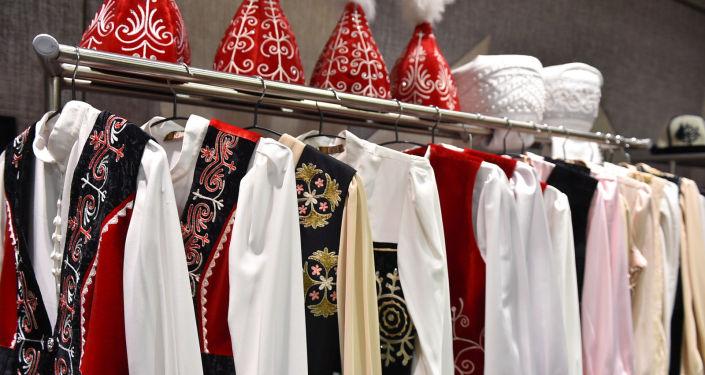 Национальные кыргызские костюмы на встрече премьер-министра КР с представителями кыргызской диаспоры в Ташкенте. 26 марта 2021 года