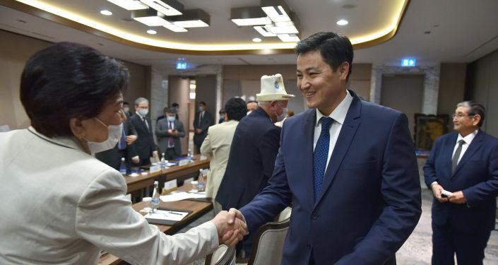 Премьер-министр КР Улукбек Марипов в рамках рабочей поездки в Узбекистан встретился с представителями кыргызской диаспоры в Ташкенте. 26 марта 2021 года