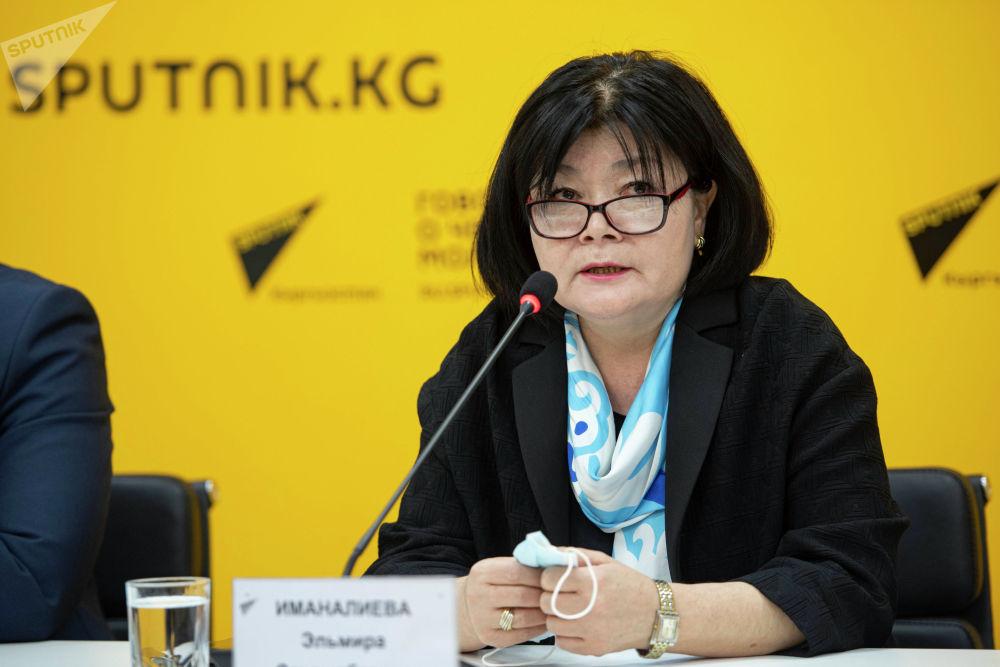 Глава Управления образования Эльмира Иманалиева во время брифинга в пресс-центре Sputnik Кыргызстан