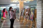 Посетители церемонии открытия фотовыставки Искусство и жизнь в Индии в КРСУ