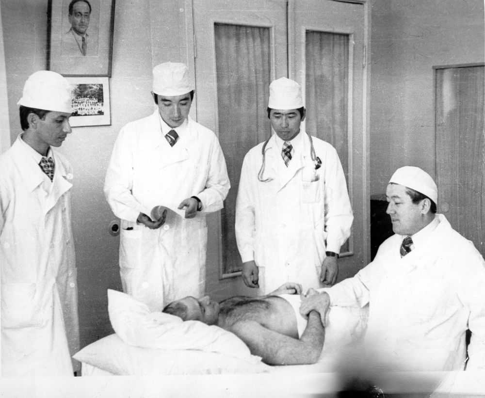 Со студентами во время обследования пациента