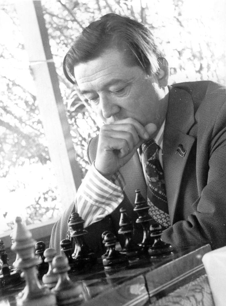 Ученый хорошо играл в шахматы и не мог успокоиться пока не выиграет соперника