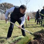 Президент Кыргызской Республики Садыр Жапаров вместе с руководством и сотрудниками Аппарата Главы государства провели субботник на территории парка Победы