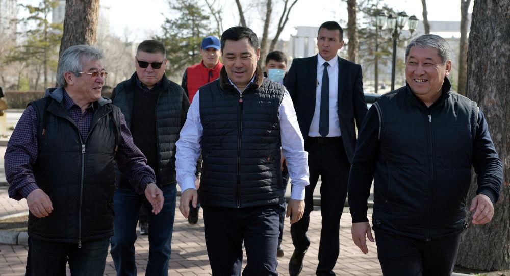 Президент Садыр Жапаров аппаратынын жетекчилиги жана кызматкерлери менен бирге Дайыр Асанов атындагы Жеңиш паркынын аймагында ишембилик өткөрдү.