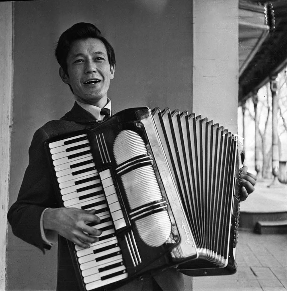 Композитор и исполнитель Рыспай Абдыкадыров во время исполнения песни на аккордеоне