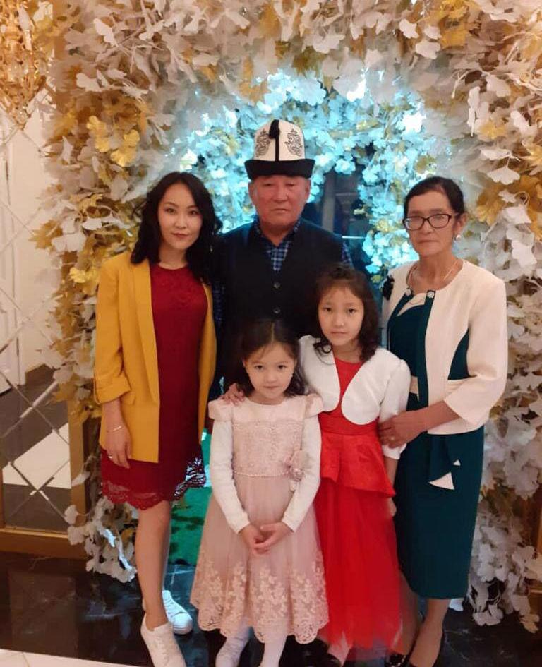 Старшая дочь мелодиста, композитора Рыспая Абдыкадырова Алтынчач Абдыкадырова вместе с семьей
