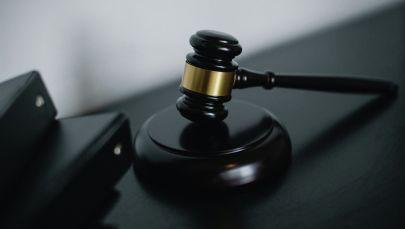 Молоток судьи на столе. Иллюстративное фото