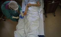 Медицинский работник приносит лекарства пациенту в больнице. Архивное фото