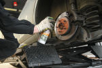 Сотрудник автоцентра производит смазку колесного диска. Архивное фото