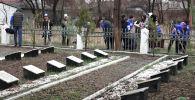 Бишкекте Улуу Ата Мекендик согуштун курмандыктарынын жаркын элесине арналган Эскерүү багы эл аралык акциясы өттү.