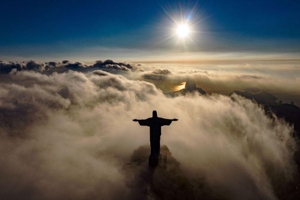 Статуя Христа-Искупителя в Рио-де-Жанейро окутанная облаками. 24 марта 2021 года