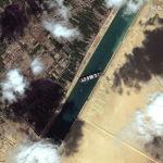 На спутниковом снимке показано, как застрявший контейнеровоз Ever Given после того, как он сел на мель в Суэцком канале, Египет. 25 марта 2021 года