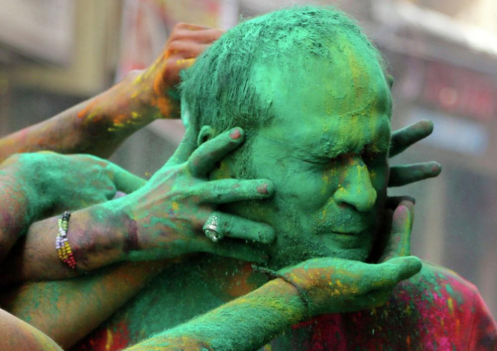 Участник фестиваля красок Холи в Джамму, Индия. 28 марта 2021 года