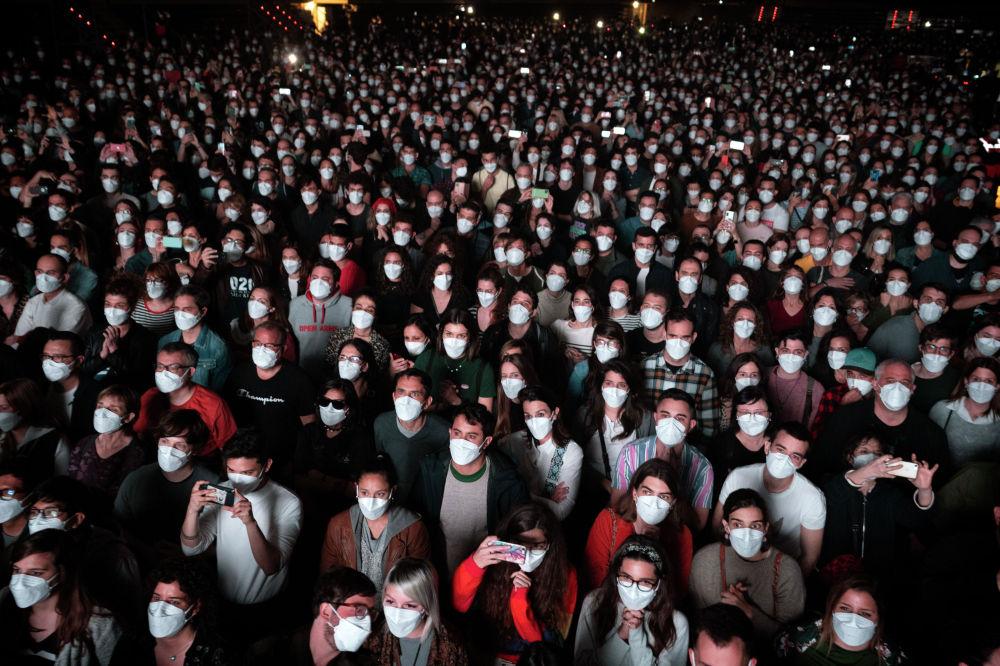 Люди в масках на рок концерте в Барселоне, Испания. 27 марта 2021 года