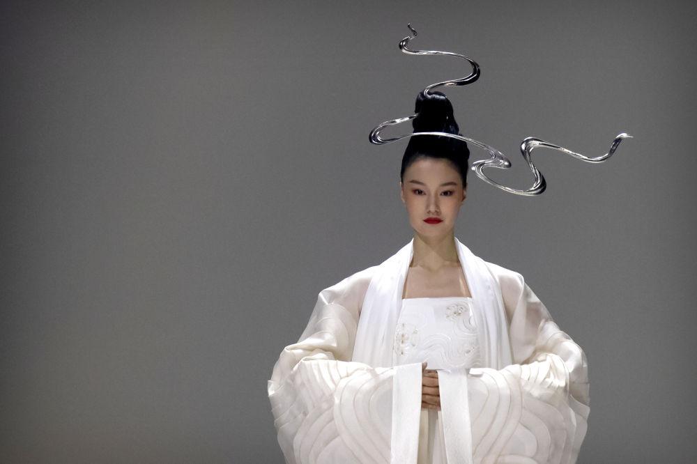 Модель во время показа на неделе моды в Пекине, Китай. 27 марта 2021 года