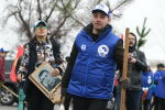 Бишкектеги Кызыл-Аскер көрүстөнүндө ыктыярчылар түп көчөт отургузуп жатышат