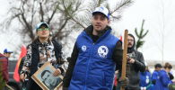 Волонтер на международной акции Сад памяти в Бишкеке