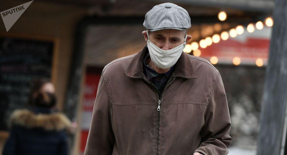 Пожилой мужчина в медицинской маске. Архивное фото