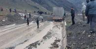 Гравийно-песочная масса сошла на часть автодороги Бишкек - Ош была, дорога была закрыта.