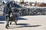 Рабочий перевозит прессованные алюминиевые брикеты. Архивное фото