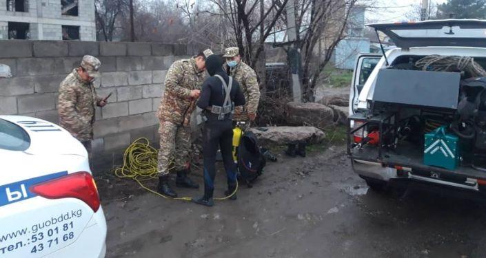 Сотрудники МЧС КР возле Большого Чуйского канала в Бишкеке, где автомобиль Hyundai Solaris залетел в воду. 30 марта 2021 года