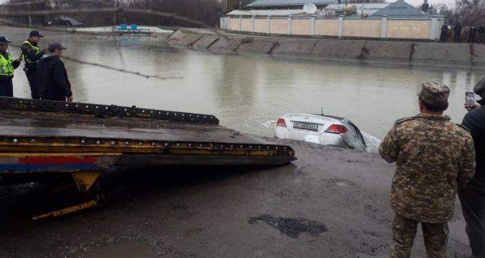 Автомобиль марки Hyundai Solaris залетел в Большой Чуйский канал в Бишкеке. 30 марта 2021 года
