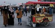 Стамбулдагы көчөлөрдүн бири. Архивдик сүрөт
