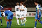 Японские футболисты празднуют победу на отборочном матче чемпионата мира по футболу с командой Монголии
