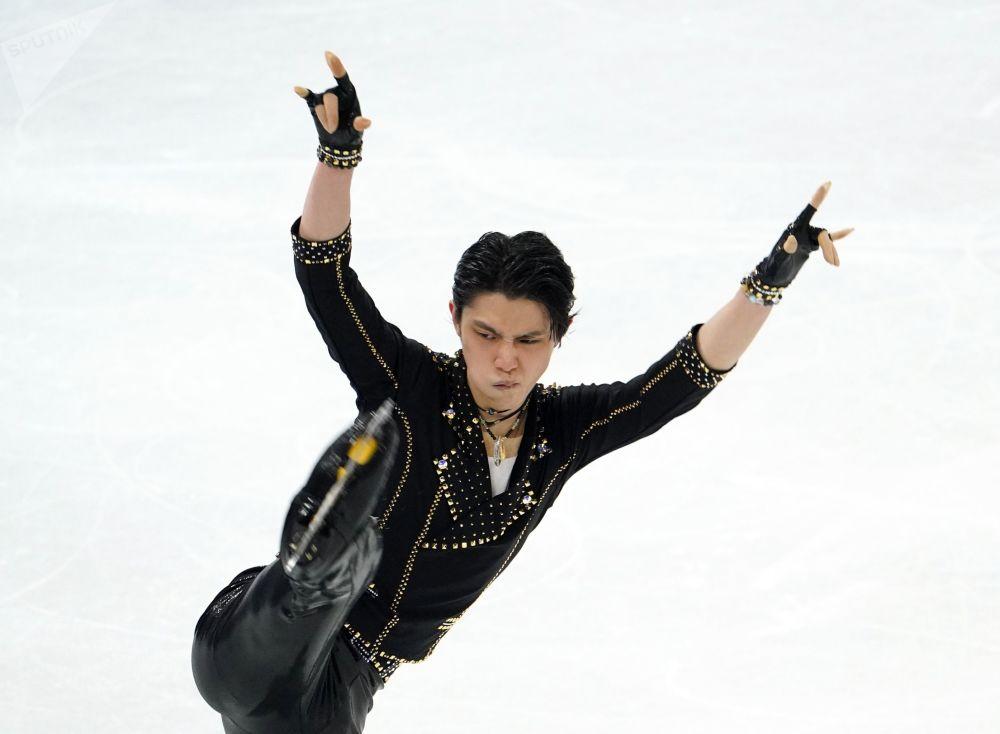 Сүрөттө эки жолку (2014-жыл, 2018-жыл) Олимпиада чемпиону (жекелик жарышта), япон спортчусу Юдзуру Ханю. Ал эки жолу дүйнө чемпиону да болгон