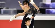 Китайская спортивная пара Вэньцзин Суй и Цун Хан выступают в короткой программе на чемпионате мира по фигурному катанию в Стокгольме, Швеция