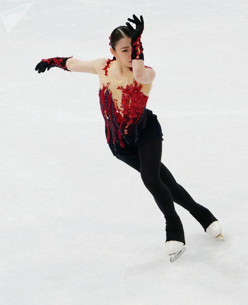 Рика Кихира (Япония) выступает с короткой программой в женском одиночном катании на чемпионате мира по фигурному катанию в Стокгольме.