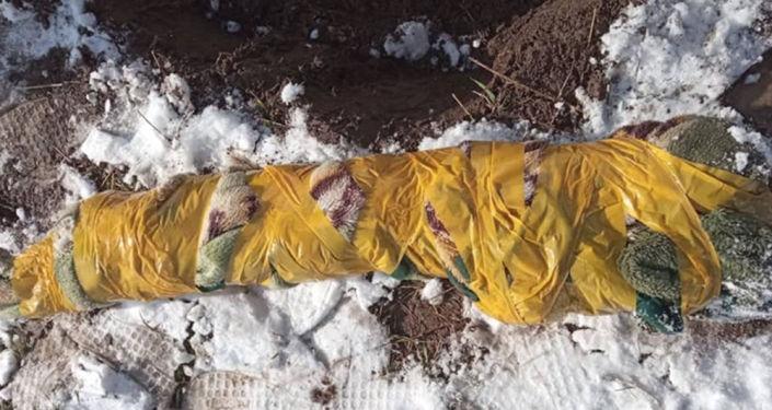 Завернутый в материал тайник с автоматом Калашникова со стертыми номерами и патронами разного калибра в Аламудунском районе