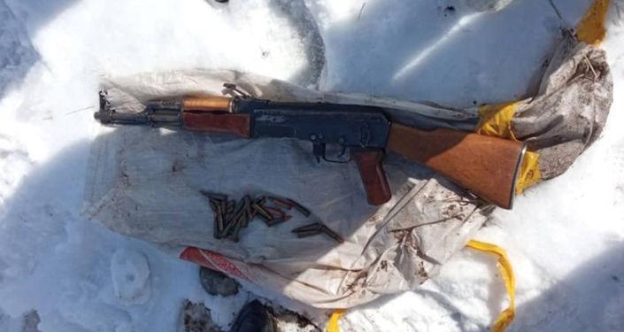 В Аламудунском районе нашли тайник с автоматом Калашникова со стертыми номерами и патроны разного калибра