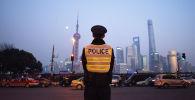 Шанхай шаарындагы полиция кызматкери. Архив