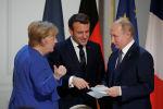 Германиянын канцлери Ангела Меркел (солдо), Франциянын президенти Эммануэль Макрон (ортодо) жана Россиянын президенти Владимир Путин. Архивдик сүрөт