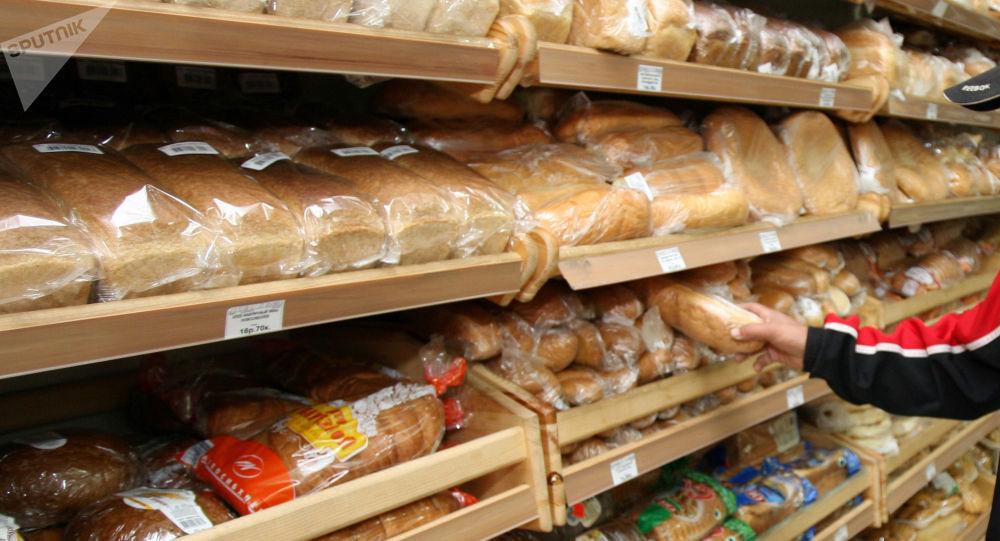 Прилавок с хлебом в супермаркете. Архивное фото