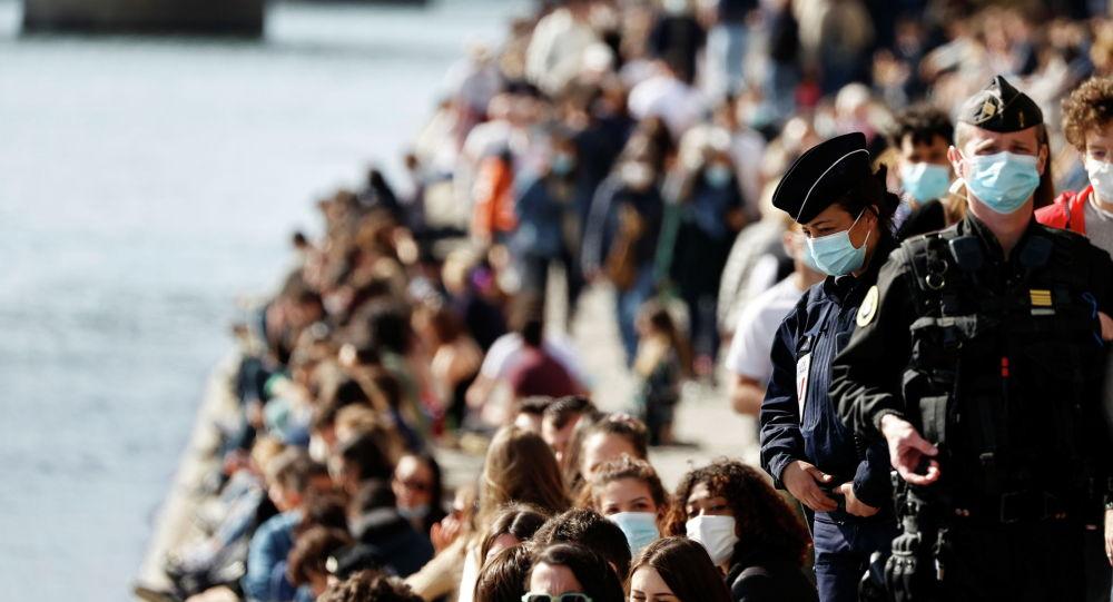 Французские жандармы и полиция патрулируют переполненные берега реки Сены в Париже