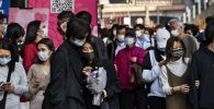 Люди во время празднования Нового года на одной из улиц в Пекине.